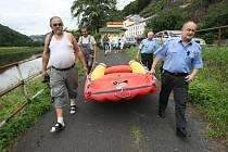 Nový člun získala hřenská obecní policie od občanského sdružení Evropská liga na ochranu lidské důstojnosti.