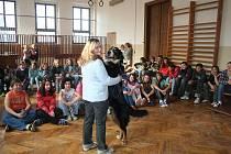 Pejsek je závazek na celý život, říká chovatelka dětem ve školách na Děčínsku