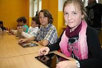 Místo obyčejných učebnic berou děti v Základní škole T.G. Masaryka v České Kamenici do ruky moderní iPady.