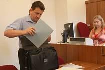 Pavel Vrcha před děčínským soudem v den, kdy soudce zamítl jeho žalobu