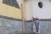 Starosta  obce Rybniště František Ovčáčík se podivuje nad drzostí zlodějů, kteří se pro měděné okapy a svody vyšplhali do čtyřmetrové výšky.