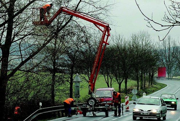 Při průklestu stromů vzniká mnoho dřeva, které láká projíždějící řidiče.