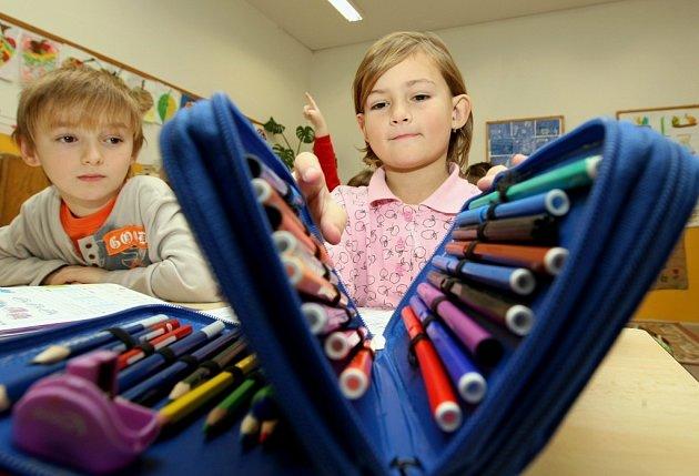 Žáčci první třídy v Děčínské škole Karel Adam a Veronika Polanská.