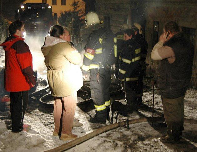 K požáru rodinného domu v Malé Veleni museli vyjet profesionální i dobrovolní hasiči.