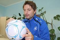 PODPIS, PROSÍM.  Fotbalista Petr Voříšek v Děčíně podepisoval míče.