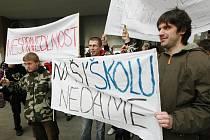 Studenti demonstrují proti sloučení škol