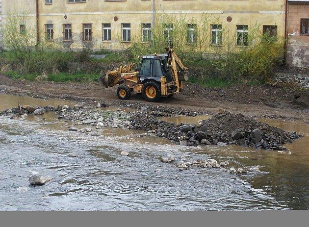 Dělníci odstraňují kameny ze soutoku Bystré a Ploučnice.