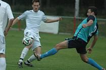 FOTBALISTÉ MODRÉ (v bílém) porazili Kadaň 3:0.