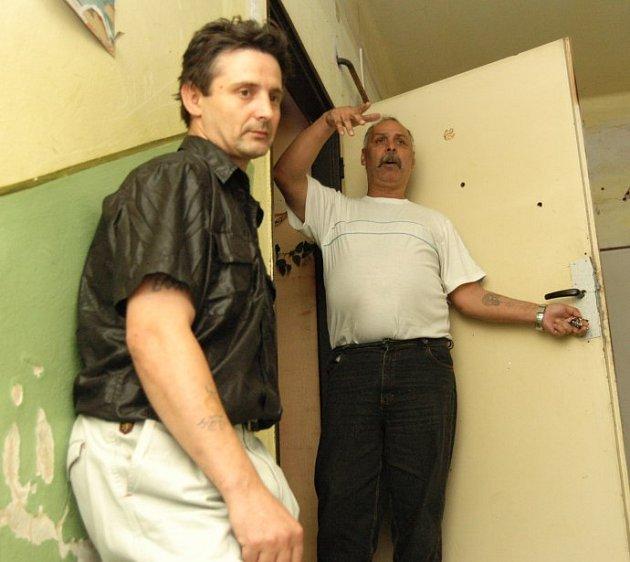 Romové z Krokovy ulice v Děčíně Zdeněk Steiner a Ladilsav Miko by do ciziny odešli. Nemají ale na letenky