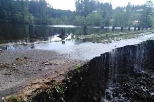 Přetékající Mlýnský rybník u Maxiček