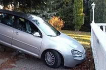 Auto u Hřenska skončilo mimo vozovku.