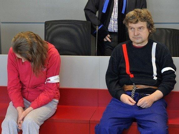 Před senátem Krajského soudu v Olomouci stanuli 4. března manželé Alena (vlevo) a Zdeněk (vpravo) Hostašovi, kteří jsou obžalováni z těžkého ublížení.