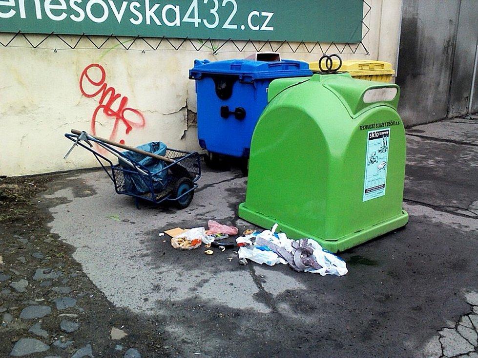 Před úklidem v ulici Pivovarská u Ovčího můstku v Děčíně.