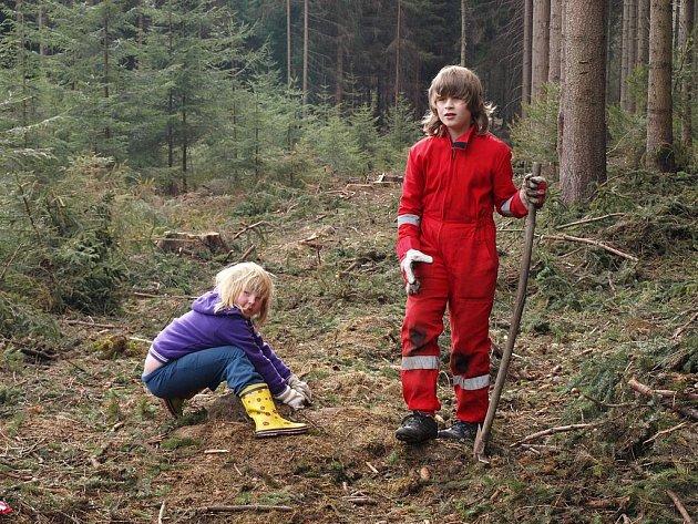 Mladí záchranáři pomáhají přírodě.