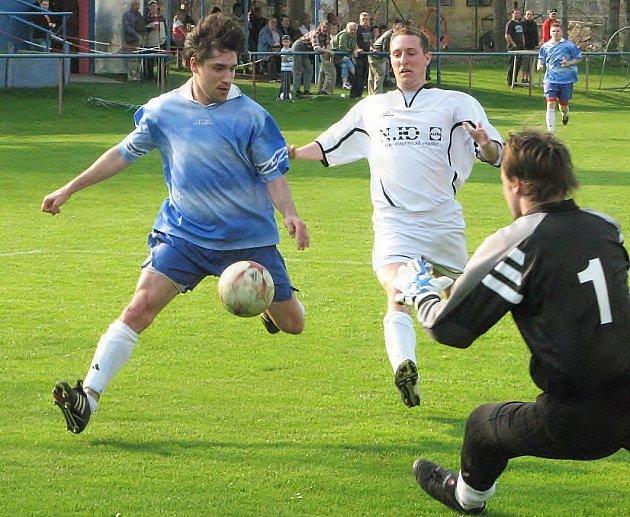 Vítěznou branku dal ve Štětí Gusta Čapek (v modrém).
