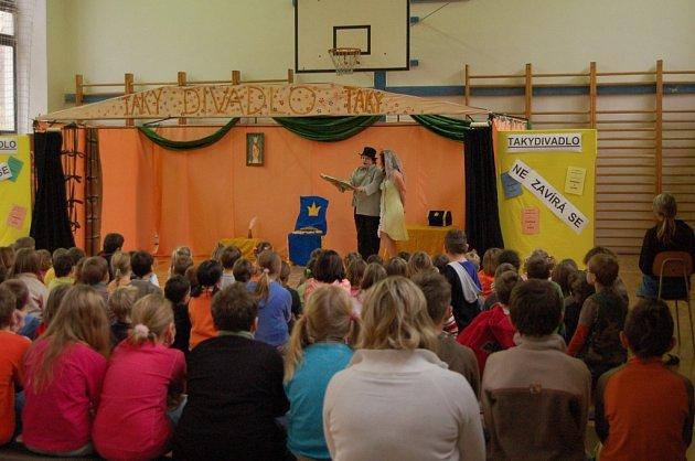 Děti pobavilo ochotnické divadlo