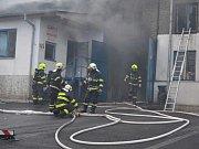 Požár haly vrakoviště v Malšovicích na Děčínsku.