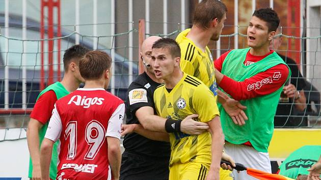 Dnes povede fotbalisty Varnsdorfu jako kapitán Ondřej Bláha (ve žlutém).