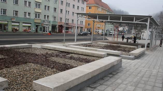 Oprava autobusové zastávky a jejího okolí na Tyršově ulici v Děčíně dospěla do konce.