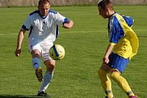 DERBY. Fotbalisté SK Březiny (v bílém) si napravili reputaci, Rumburk porazili 3:0.