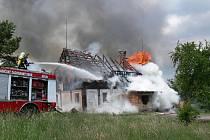 Osmi lidem se podařilo před ohněm uprchnout