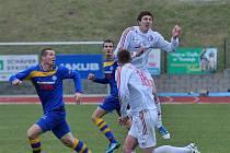 VÍTĚZSTVÍM 1:0 se rozloučili s podzimem fotbalisté FK Varnsdorf (v modrém), kteří porazili Třinec 1:0.