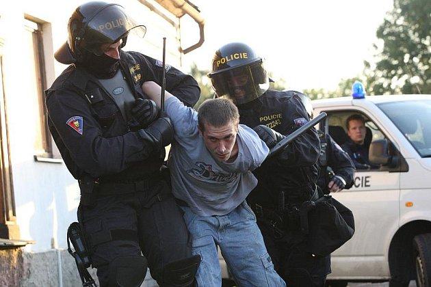 Policie tvrdě zasáhla ve Varnsdorfu proti demonstrujícím