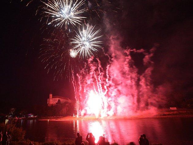 Děčínské slavnosti 2018 začaly velkolepým ohňostrojem.
