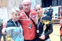 TRENÉR VÁCLAV NĚMEČEK  a jeho svěřenkyně. Vlevo třetí Petra Voborová, vpravo první Martina Schmoranzová.