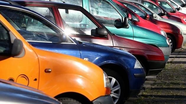 Jedním z problémů Bynova je parkování. Ilustrační foto.