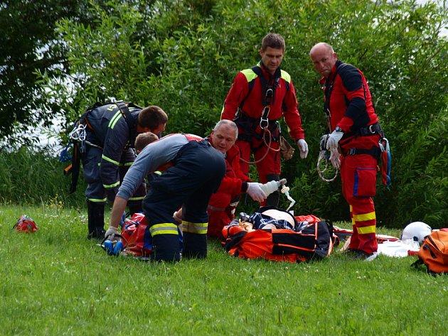 Zásah záchranářů po skoku mladíka z Pastýřské stěny.