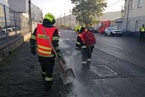 Z nákladního automobilu došlo technickou závadou k úniku nafty. Na místo vyjeli místní hasiči i strážníci
