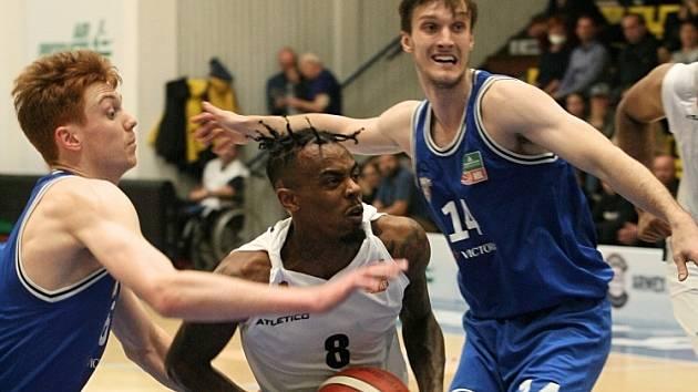 Basketbalisté Děčína doma podlehli USK. Na snímku je uprostřed Ty Nichols z Děčína.