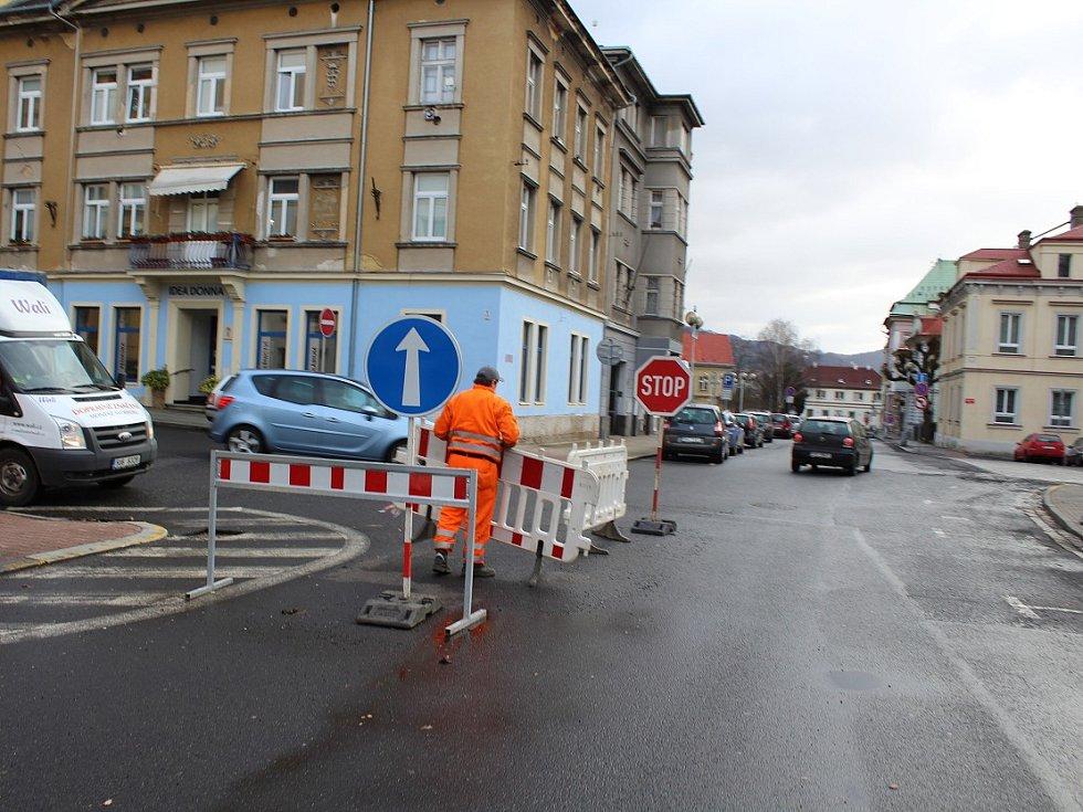 Silný vítr porazil značky na křižovatce Tržní a Thomayerovy ulice v Děčíně.