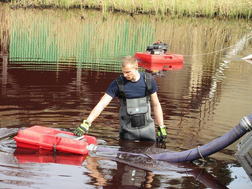 ZBARVENOU ŘEKU Křinici řešili hasiči ve středu během dne v Krásné Lípě na Děčínsku.