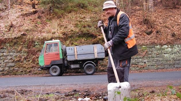 Antonín Podaný uklízí ve Hřensku podél silnic nejen posypový materiál, ale i odpadky, které tu zanechali turisté