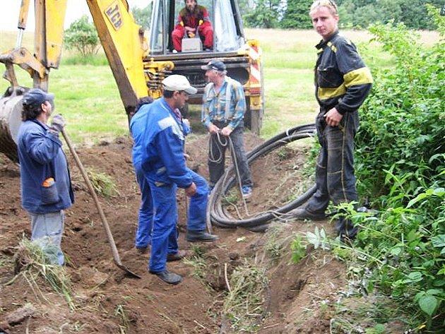 Firma kabely zakopala, město je zase vykopalo
