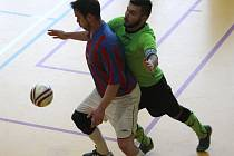 JE ROZHODNUTO. Sálovkáři Jílového B získali ligový titul. Na snímku je jejich zápas (pruhované dresy) proti Šluknovu.