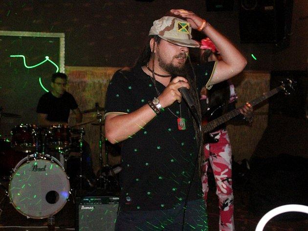 Koncert pořádal Michal Šeps s kapelou Reggiment v děčínské Besedě