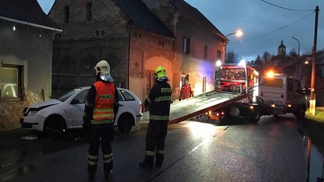 Auto narazilo do domu a poškodilo plynovou přípojku. Na místo vyjely dvě hasičské jednotky.