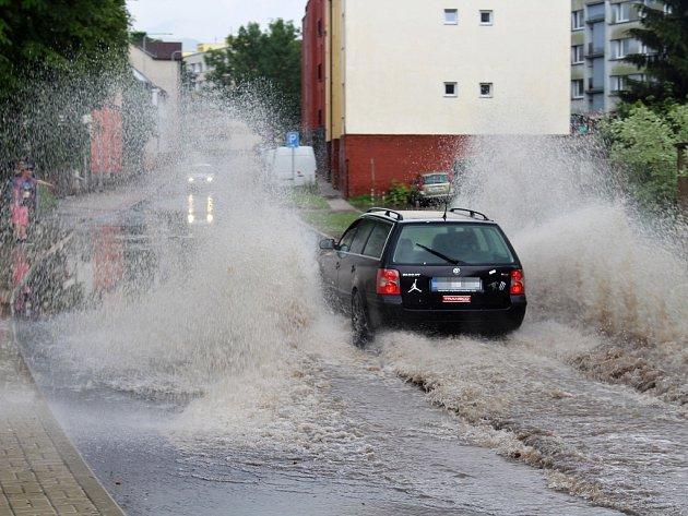 Nedělní bouřka zatopila i Březovou ulici v Děčíně
