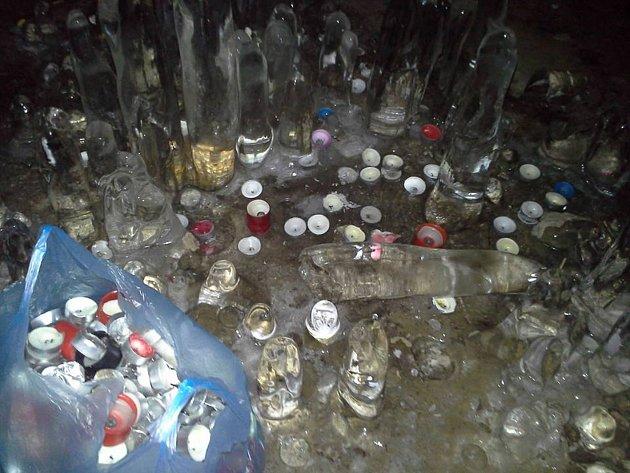 PLNÝ PYTEL kalíšků od svíček sesbíral po návštěvnících v Jeskyni víl Filip Holič se svým kamarádem, když společně navštívili národní park.