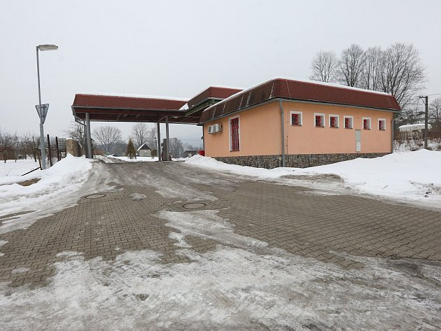 BENZÍNKA V CHŘIBSKÉ. Tuto čerpací stanici v Chřibské využívá záchranka pro překládání pacientů při převozu do Děčína.