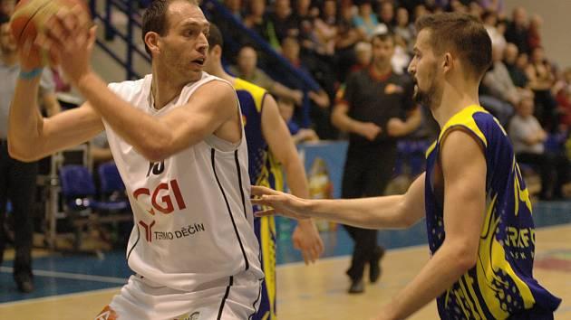POČTVRTÉ V SEZONĚ Děčín porazil Opavu. Na snímku se snaží něco vymyslet kapitán BK Děčín Jakub Houška (vlevo), brání ho Martin Gniadek.