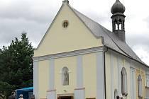 Slavnostnímu znovuvysvěcení kostela svatého Jana Křtitele v Horních Habarticích předcházelo procesí, které vyrazilo z benešovského náměstí.