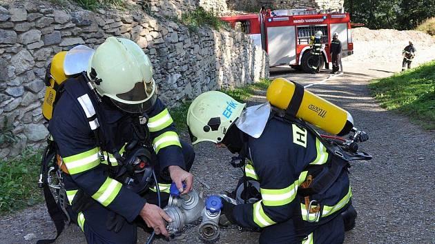 Společný výcvik dobrovolných hasičských jednotek z Varnsdorfu, Horního a Dolního Podluží spolu s partnerskými jednotkami z Grossschönau, Hainewalde a Waltersdorfu se uskutečnil na hradě Tolštejn.