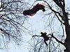 Paraglidista uvízl v Jílovém na stromě.
