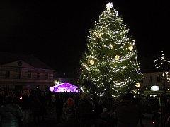 Ve Šluknově vánoční strom již svítí.