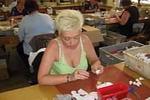"""Nejrozsáhlejší současnou zakázkou je v děčínské Centrofloře výroba bílých papírových růží, které se dalšími procedurami v Karlových Varech stanou """"kamennými květy"""", vysvětlovala Hana Čisárová."""