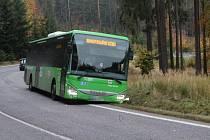 Autobus a osobní auto skončily jen pár stovek metrů od sebe v příkopu.
